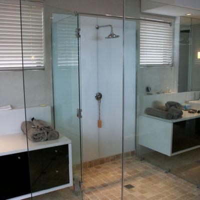 glass-doors-shower-splashback